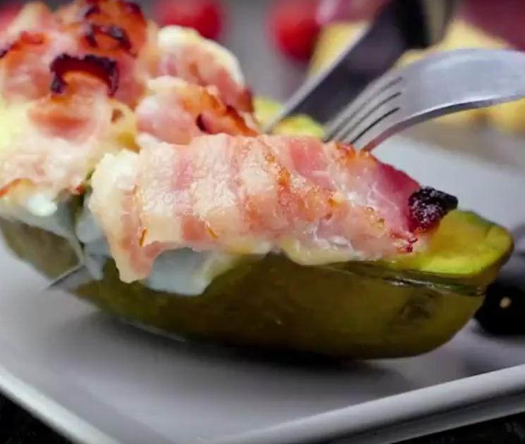 Вкусный и полезный завтрак - запеченное авокадо с яйцом