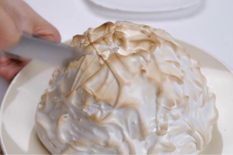 """Потрясающий десерт из мороженого и безе """"Запеченная Аляска"""""""