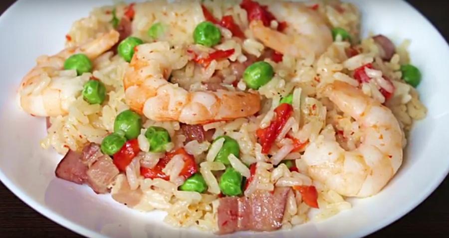 Быстрый ужин: рис с креветками, беконом и овощами