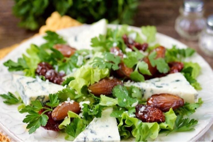 Оригинальный салатик с финиками и голубым сыром