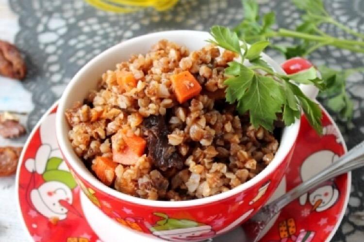 Очень вкусная каша из гречки с грибами, курагой и орехами