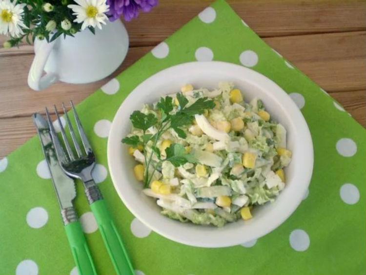 Бесподобный салат с капустой, кукурузой и яблоком