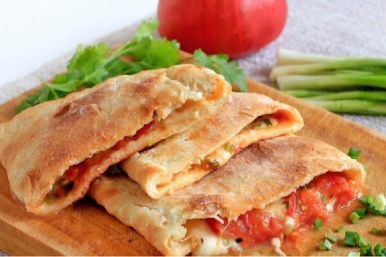 """Очень аппетитная """"Кальцоне"""" с помидором, сыром и зеленым луком"""