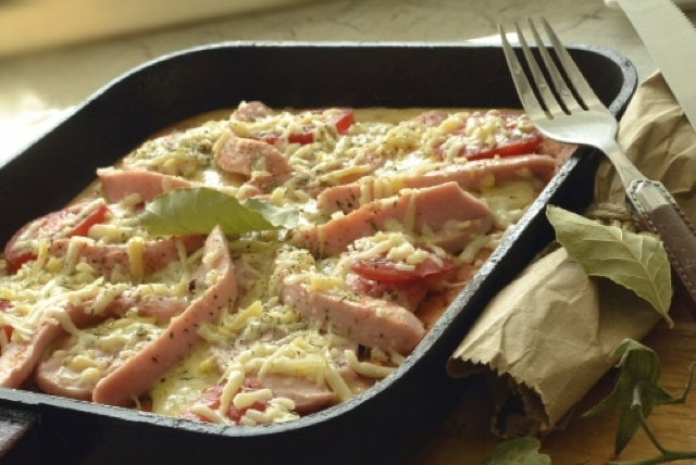 Потрясающая пицца с сосисками на сковороде-гриль