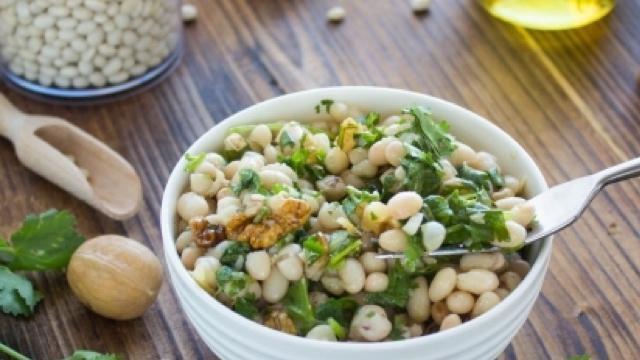 Аппетитный салатик с фасолью и кинзой