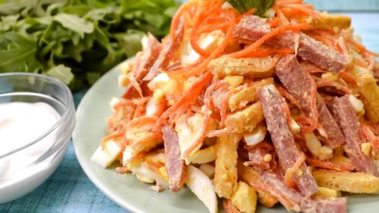 Бесподобный салат с корейской морковью и сухариками: все спрашивают рецепт