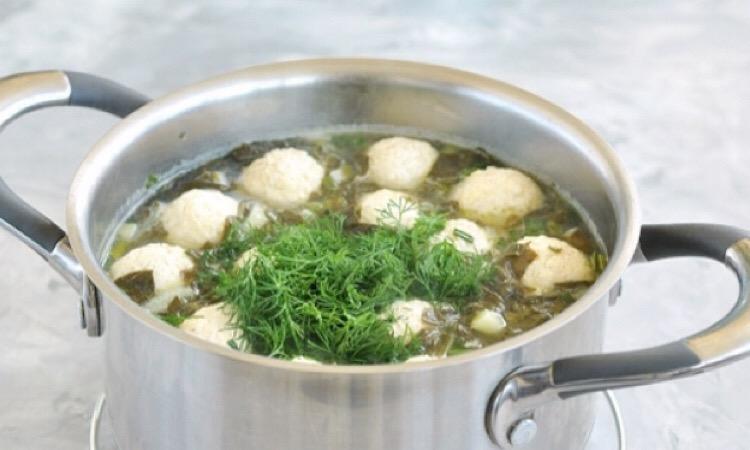 Очень аппетитный щавелевый суп с фрикадельками