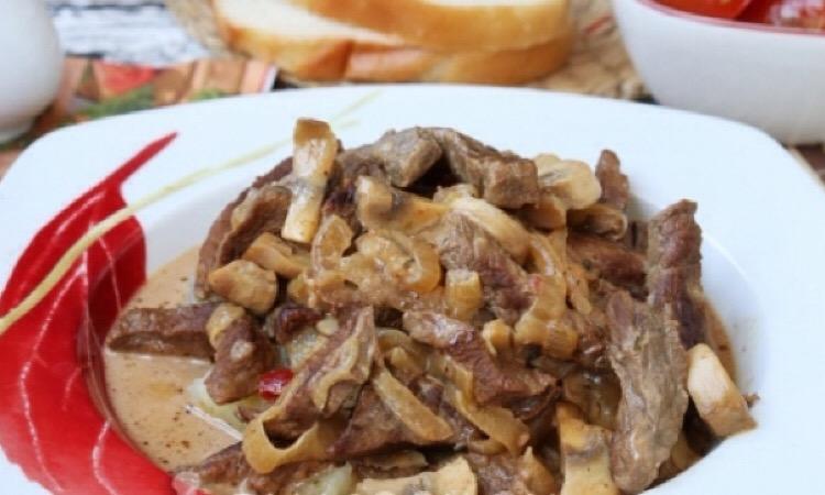 Очень аппетитный бефстроганов из телятины с шампиньонами