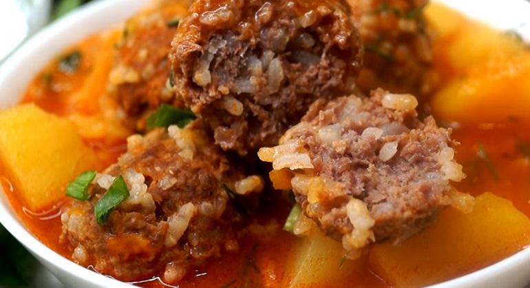 Отличный вариант вкусного обеда: картошка, тушенная с тефтелями