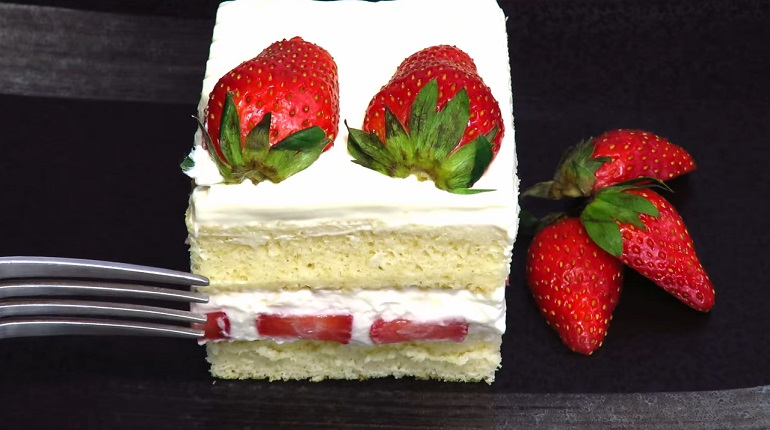 Клубничный торт со сгущенным молоком: вкуснятина за 15 минут