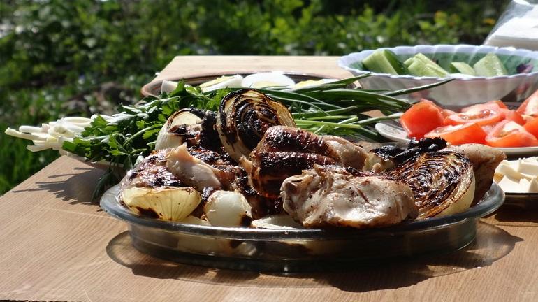 Худеем вкусно: куриный шашлык в кефирном маринаде