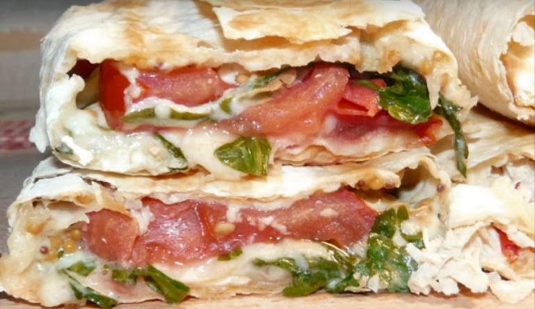 Сытный перекус без вреда для фигуры: лаваш с начинкой из помидоров и сыра