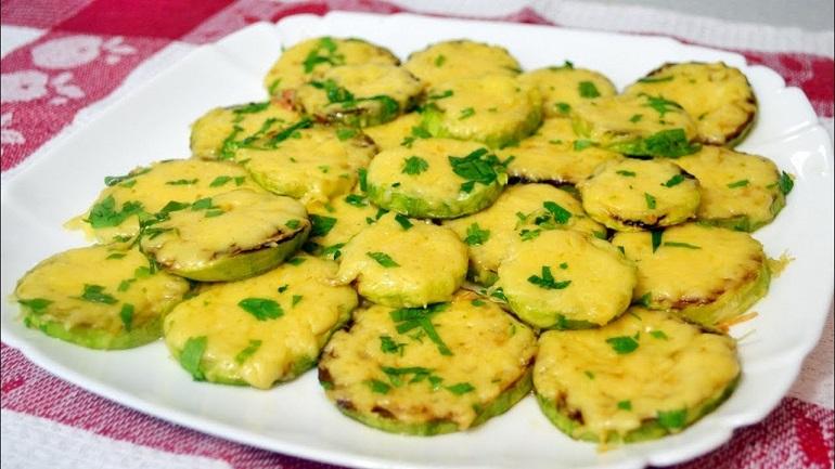 Вкусные молодые кабачки, запеченные под сыром
