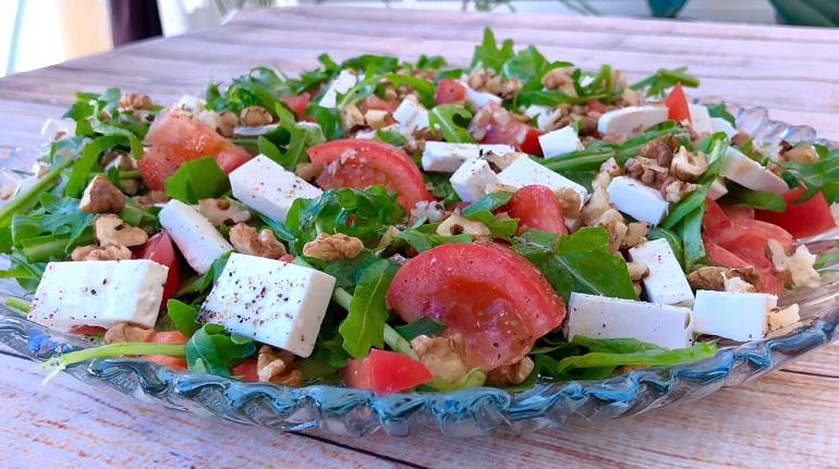 Овощной салат с брынзой и орехами: сможет заменить целый обед