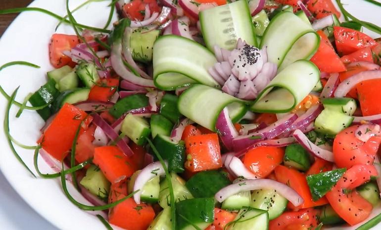 Овощной салат с секретным ингредиентом: небанальный рецепт