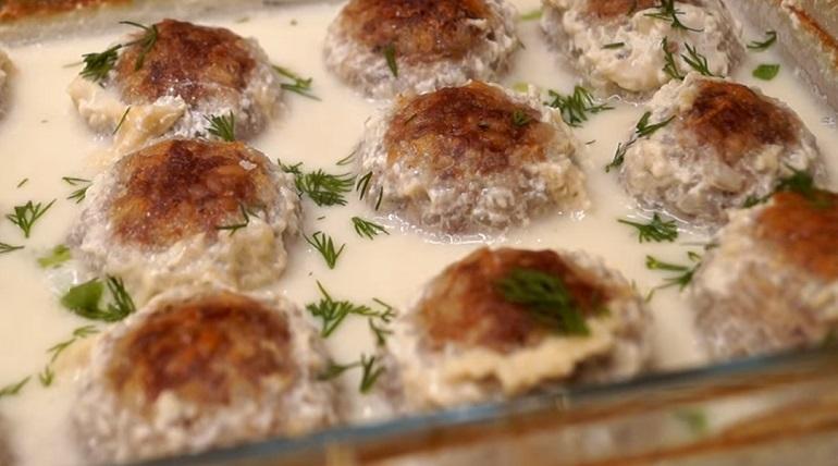 Тефтели в молочном соусе: ужин из духовки