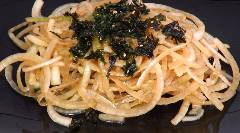 Вкусный салат с луком и обалденной легкой заправкой: море пользы