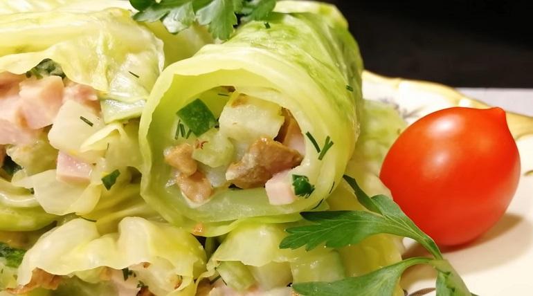 Вкусный салат-закуска: необычная подача в капустных листьях