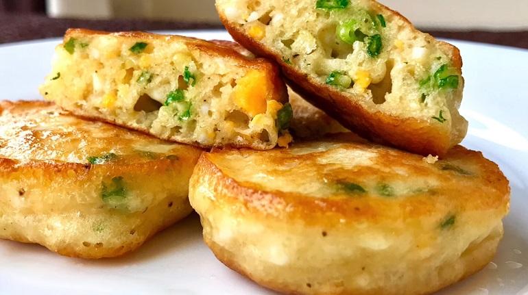 Закусочные оладьи с зеленым луком и яйцом: пышные и мягкие