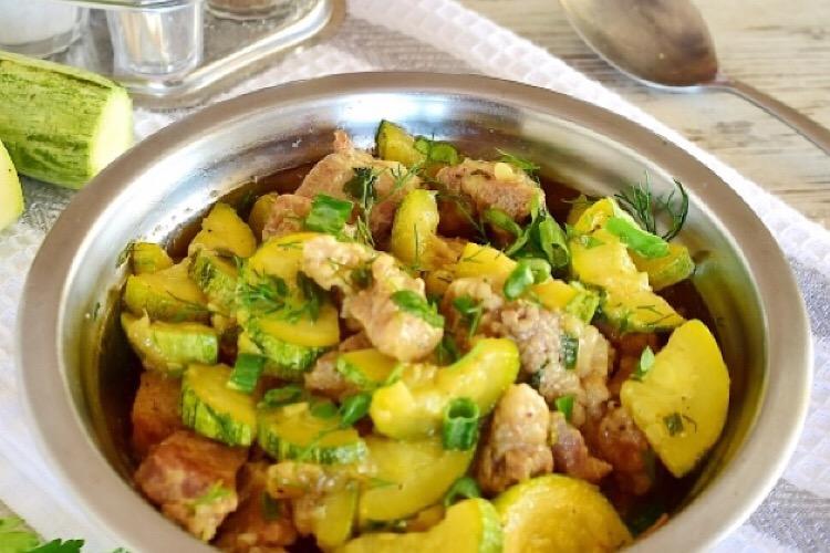 Аппетитное блюдо на каждый день: тушеная свинина с кабачками