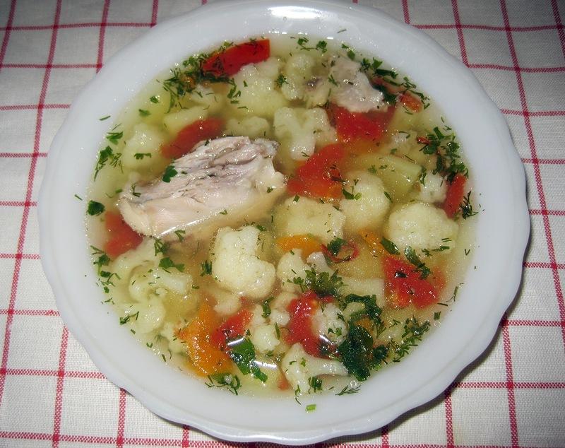 Легкий куриный супчик с цветной капустой и томатами