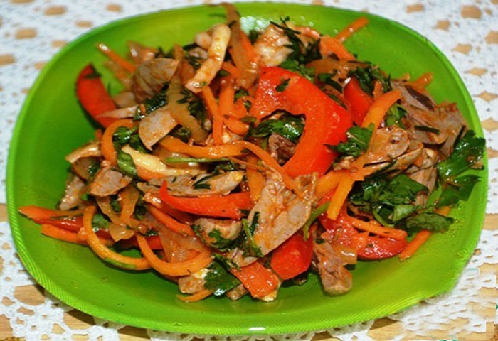 Острый салат из куриных желудочков: великолепное блюдо