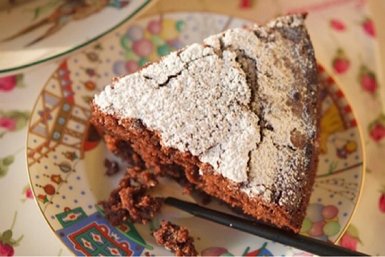 Потрясающий шоколадный пирог с тертыми яблоками