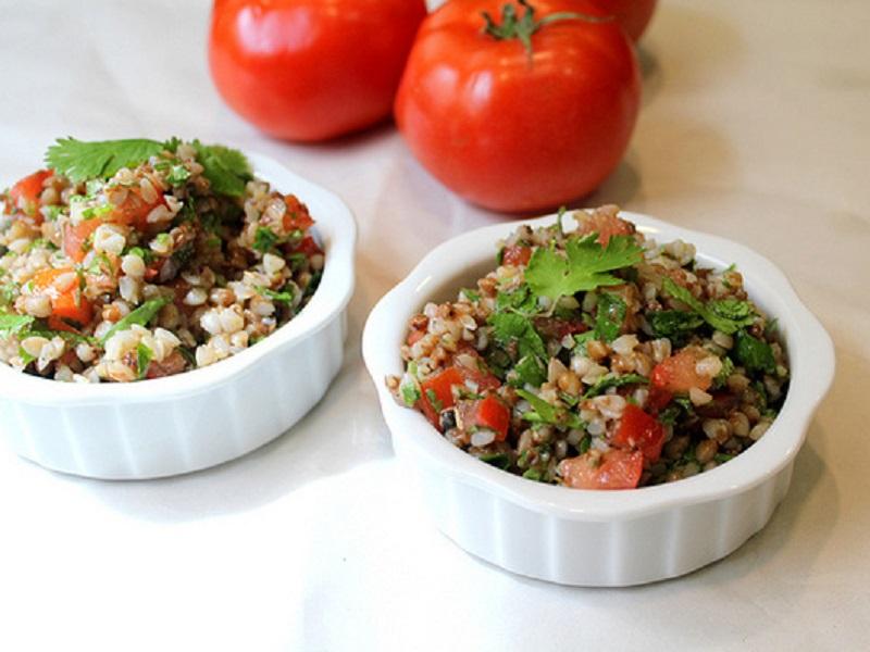 Отличное блюдо на гарнир: гречка с помидорами