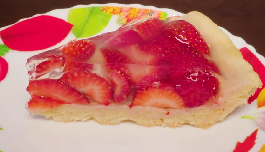 Готовим в мультиварке: обалденный пирог с клубникой