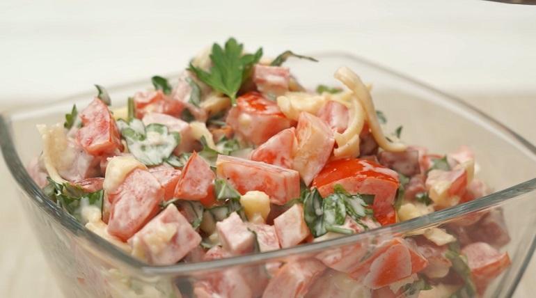 «Гусарский» салат с помидорами: такой вкуснятины вы еще не пробовали