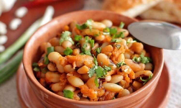 Восхитительно вкусное блюдо: тушеная фасоль с томатом и морковью