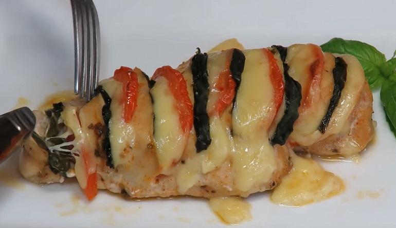 Сочное куриное филе с сыром и помидорами в духовке