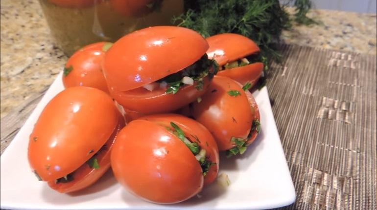 Улетные маринованные помидоры с зеленью и чесноком: готовы через 24 часа