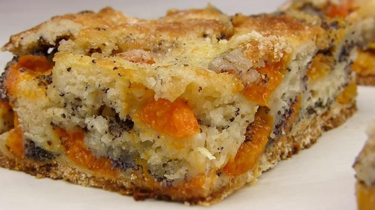 Обалденный насыпной манный пирог: сочная выпечка с абрикосами и маком