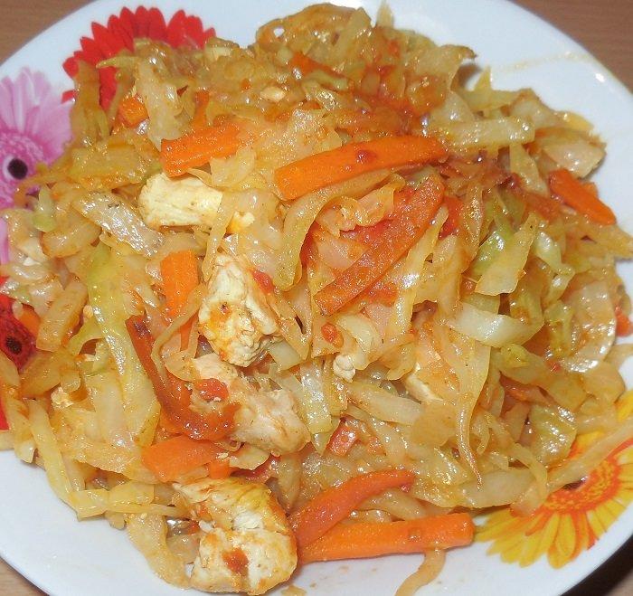 Идеальное блюдо к ужину: капуста, тушеная с куриным филе