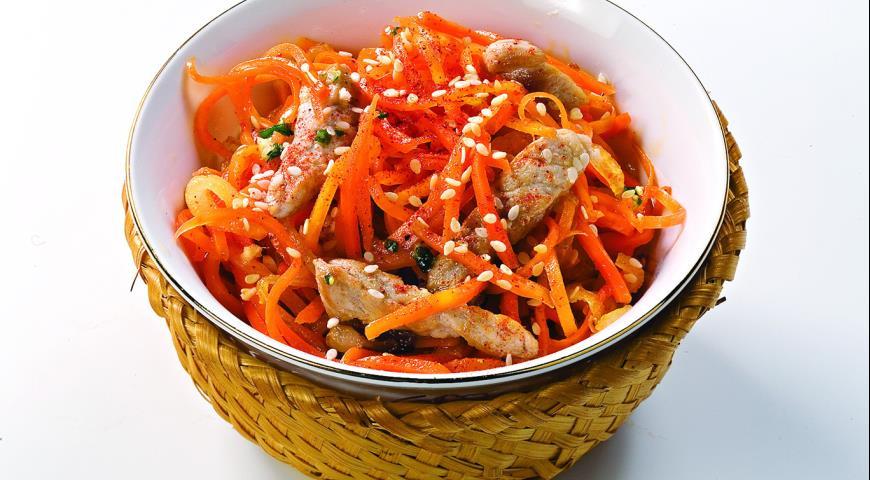 Простой и вкусный салат из моркови со свининой