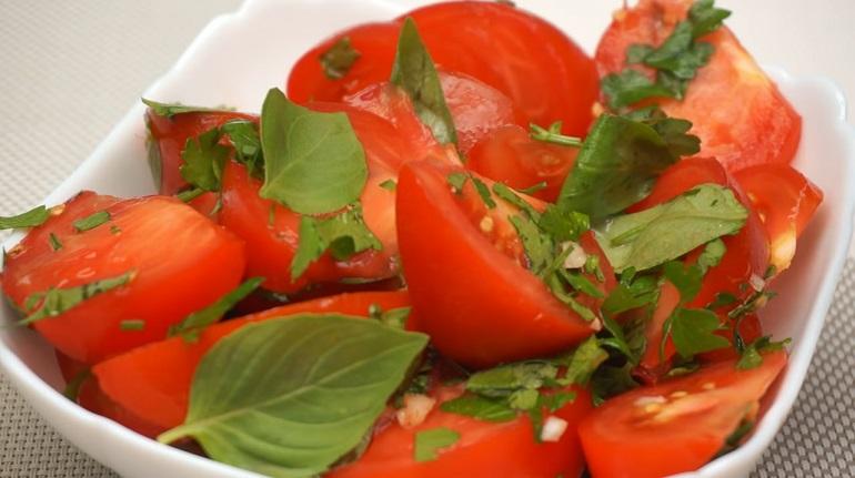 Салат с помидорами и базиликом: легкая закуска без майонеза