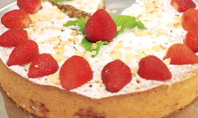 Необыкновенная шарлотка с ягодами клубники: сезонный рецепт