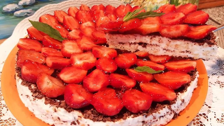 Торт без выпечки «Клубничный рай»: не нужно стоять у плиты