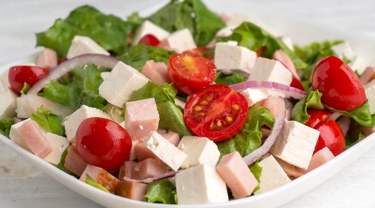 Витаминный салат с ветчиной и брынзой: очень вкусный и быстрый