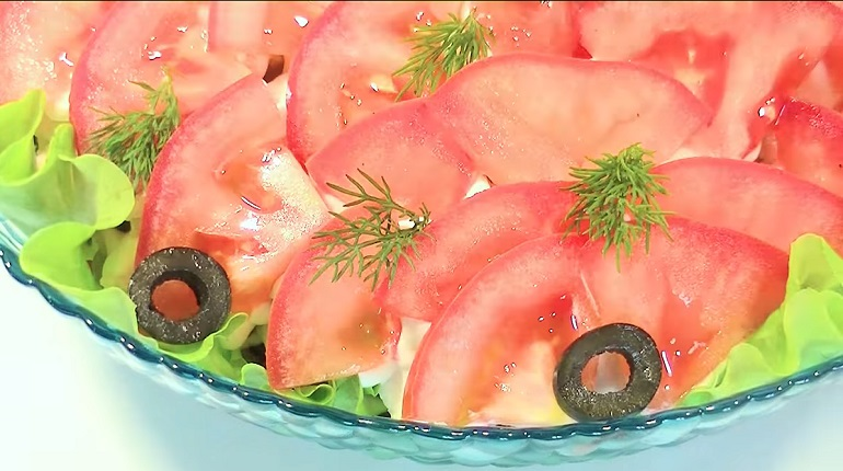 Вкусный салат из простых продуктов: сытный и красивый