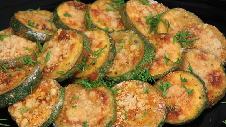 Хрустящие кабачки с сыром: вкусная закуска из духовки