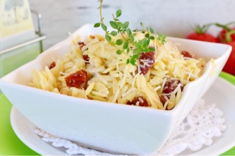 Вкуснейший салат с пастой орзо и вялеными помидорами