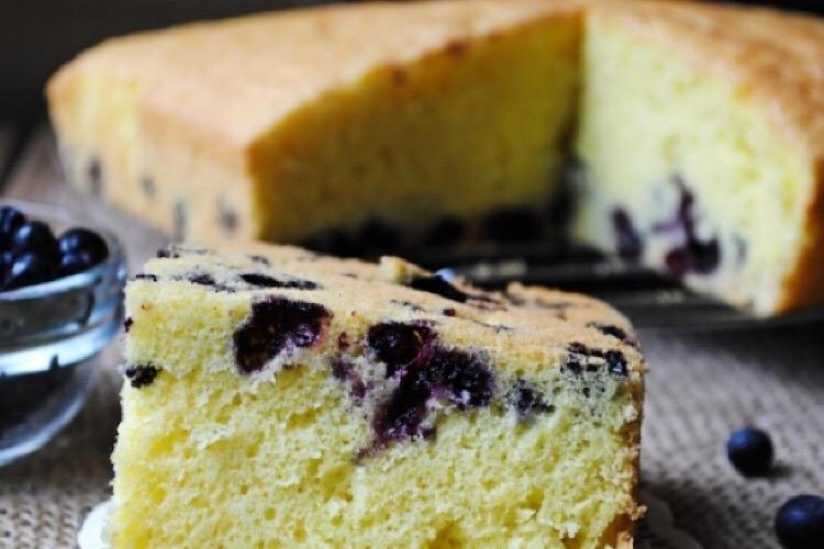 Очень вкусный бисквитный пирог с черникой