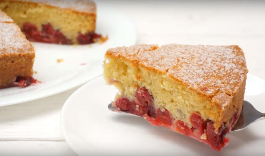 """Простой и невероятно вкусный """"Царский"""" вишневый пирог"""