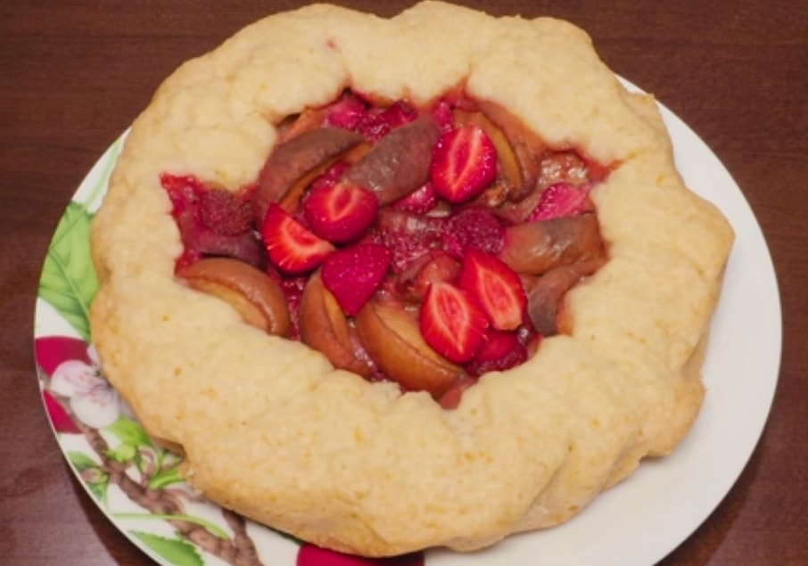 Готовим в мультиварке: вкуснейший пирог с клубникой и персиками