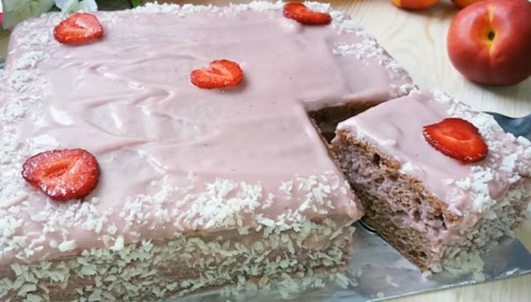Ароматный пирог с клубникой: быстрая домашняя выпечка