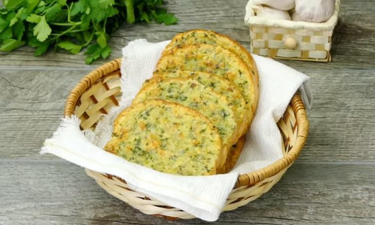 Ароматный и вкусный чесночный хлебушек с сыром: всего за 10 минут
