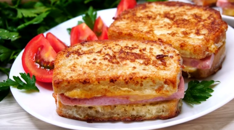 Супер идея для быстрого завтрака: гренки с колбасой и сыром