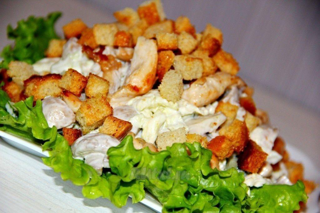 Бомбический салат с куриной грудкой и грибами